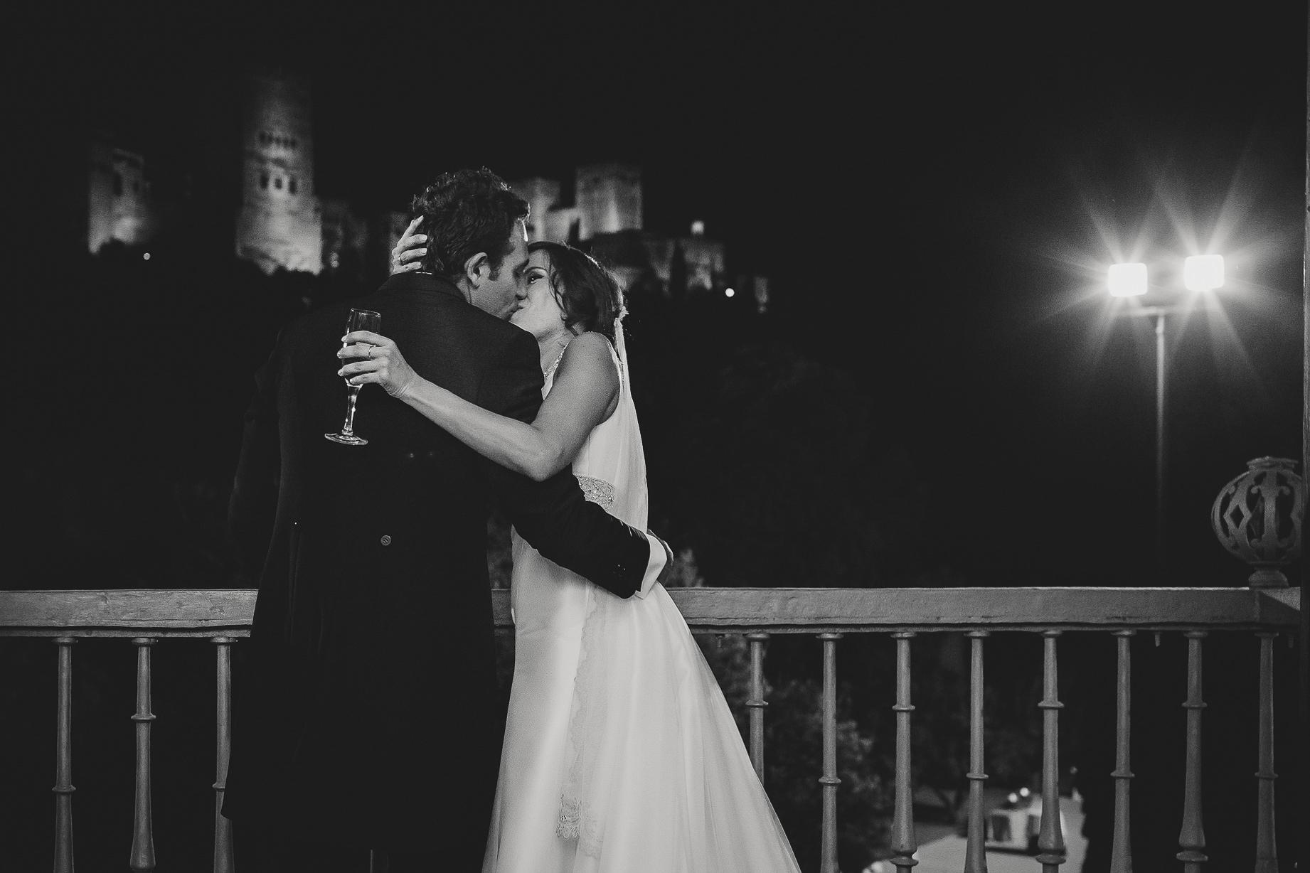 novios en balcon palacio de los cordova alhambra boda